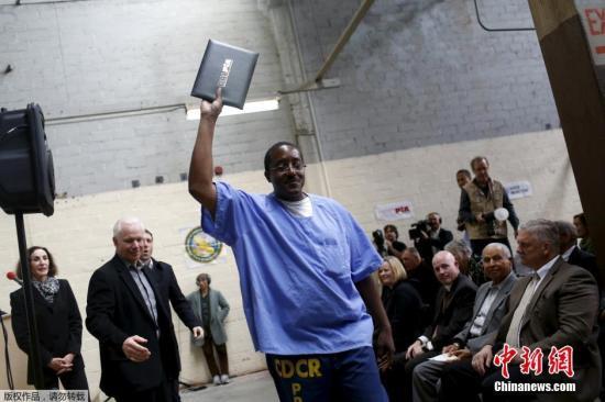 资料图:美国加州监狱囚犯学习计算机编码课程毕业。这一项目是由硅谷的技术公司提供的,囚犯可以在一个离线计算机实验室内虚拟模拟编程。