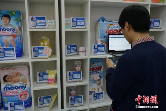 4月22日,市民在杭州首家跨境贸易O2O体验中心里扫码购物。据了解,3月,中国(杭州)跨境电子商务综合试验区在国务院批复下诞生了,4月17日,杭州首家跨境电商O2O体验中心在下沙开张,三天客流量已达到1.2万人。<a target='_blank' href='http://www.chinanews.com/'>中新社</a>发 李晨韵 摄