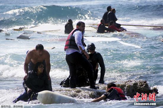 图为当地时间4月20日,希腊海岸警卫队救起落海的偷渡难民。希腊和意大利等南欧国家是非洲和亚洲一些国家的非法移民进入欧洲的主要通道。