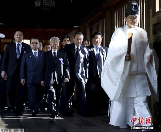 当地时间4月22日是日本靖国神社春季大祭第二日,当天早上,一批日本议员抵达靖国神社进行参拜。