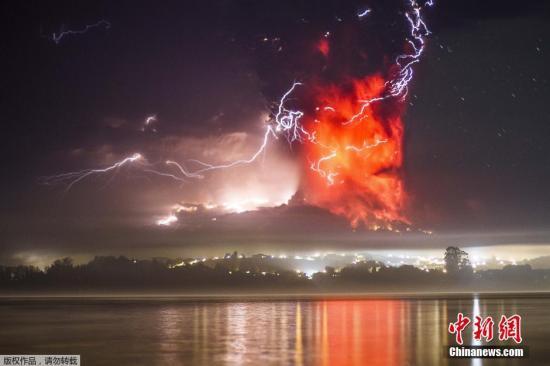 智利火山沉寂半世纪后大爆发 火山灰或飘到阿根廷