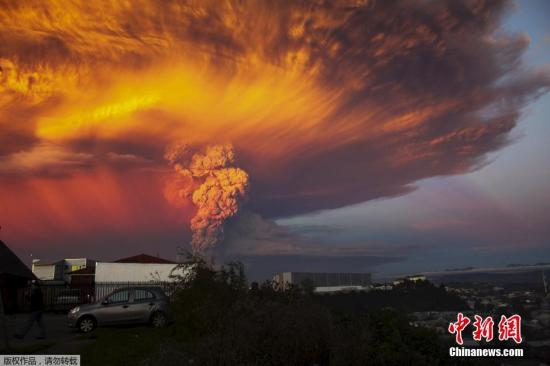 当地时间2015年4月22日,智利蒙特港,卡尔布科火山爆发,喷出的火山灰高达20千米,当局发布红色警告,要求附近1500居民撤离。