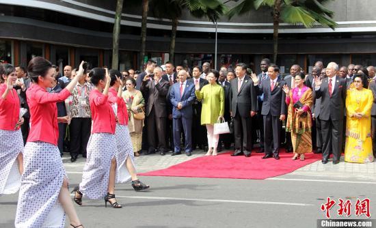 行.当天,万隆主要街道高挂着欢迎亚非领导人的横幅,兴高采烈的图片