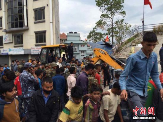外媒:尼泊尔强震致逾百人遇难 首都地区伤亡严重