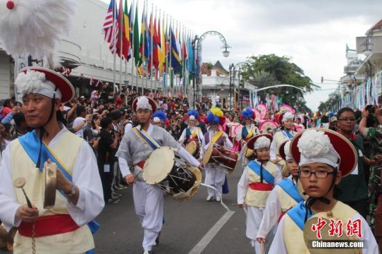 资料图:印尼举办规模盛大的亚非文化国际巡游。(<a target='_blank' href='http://www.chinanews.com/'>中新社</a>发 顾时宏 摄)