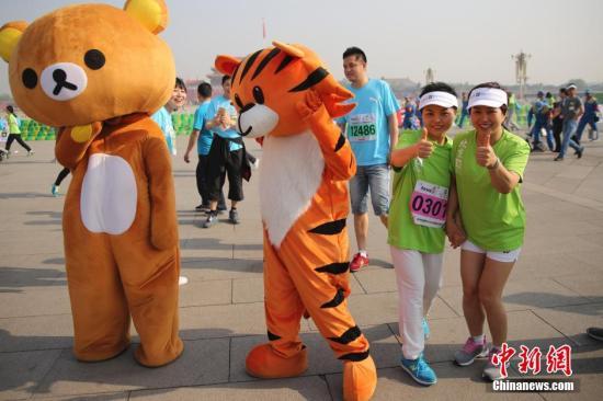 资料图 北京国际长跑节跑者经过天安门广场。 中新社发 熊然 摄