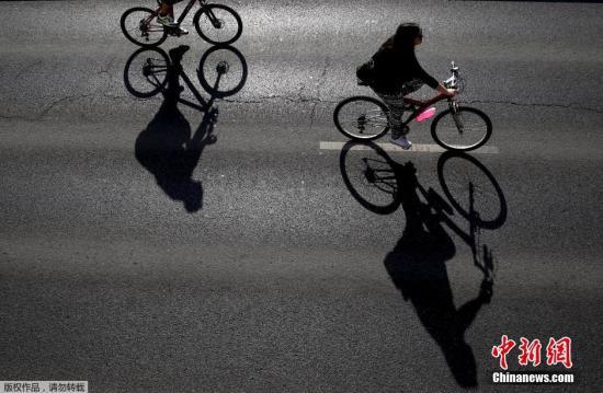 资料图:民众骑自行车出行。