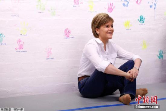 本地工夫2015年4月26日,英国苏格兰,苏格兰平易近族党指导人古推斯拜候体操社区俱乐部年夜选制势,古推正在俱乐脖巴小伴侣们一讲压腿练功。