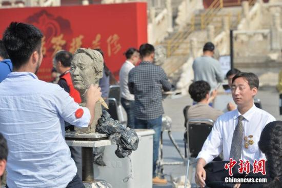 """2015年4月26日,北京,""""五一""""来临之际,来自中央美院的200余名师生、艺术家为100余名劳模代表造像。 图片来源:CFP视觉中国"""
