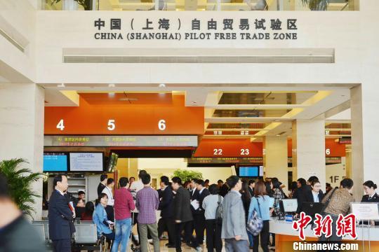中国(上海)自由贸易试验区扩展区域相关业务正式开始受理。新增包括浦东市民中心、金桥、张江等3个受理点和2个咨询窗口。老百姓想咨询、办理自贸区业务将更方便。 张亨伟 摄