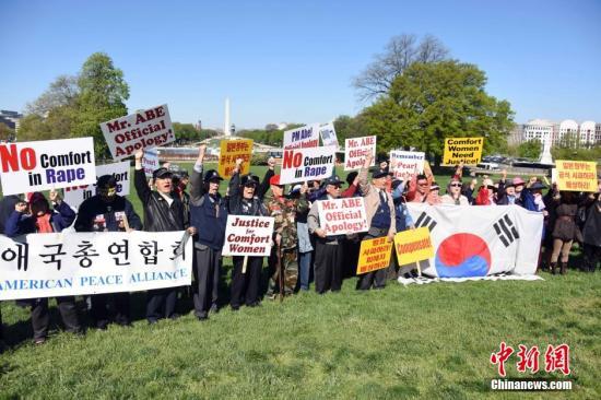当地时间4月28日,200多名来自韩裔、华裔民间团体和反战组织的示威者聚集在位于华盛顿的国会大厦外举行抗议示威活动,要求正在访美的日本首相安倍晋三就慰安妇问题道歉,就二战暴行承担责任。 <a target='_blank' href='http://www.chinanews.com/'>中新社</a>发 刁海洋 摄