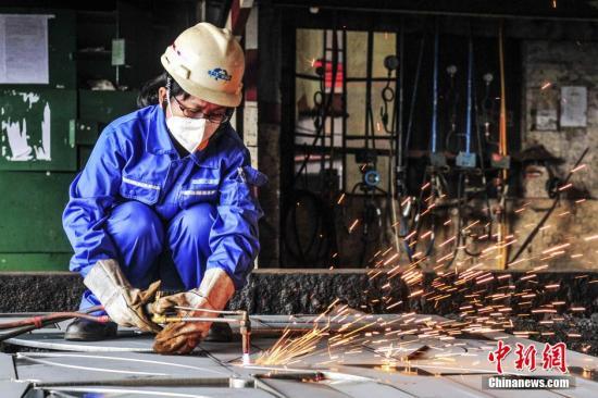 气割工对钢材进行切割。 陈骥�F 摄