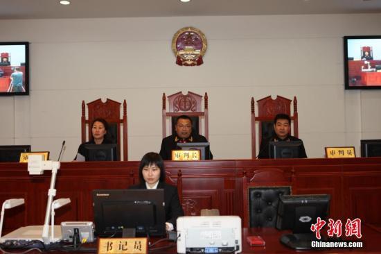 """4月30日,内蒙古自治区高级人民法院对""""呼格案""""真凶赵志红故意杀人、强奸、抢劫、盗窃上诉一案进行了公开宣判:驳回赵志红的上诉,维持一审判决。法院认为,虽然赵志红主动坦白""""呼格案""""罪行,但根据其犯罪的事实、性质、情节和对社会的危害程度,对其不足以从轻处罚,遂作出维持原判:死刑及剥夺政治权利终身等的裁定。图为庭审现场。<a target='_blank' href='http://www.chinanews.com/'>中新社</a>发 内蒙古自治区高级人民法院 供图"""