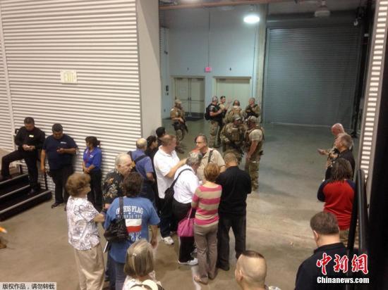 资料图:当地时间2015年5月3日,美国德克萨斯州加兰市,伊斯兰教先知穆罕默德漫画大赛举行,举办该漫画比赛的Curtis Culwell中心外发生枪击案,参与者迅速撤离,警察抵达现场控制情况。