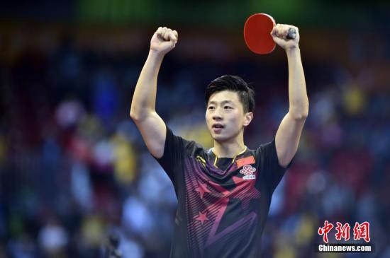 5月3日,中国乒乓球运动员马龙在苏州世乒赛男单决赛中。他在比赛中击败队友方博,首次获得世乒赛男单冠军。 /p中新社发 刘关关 摄