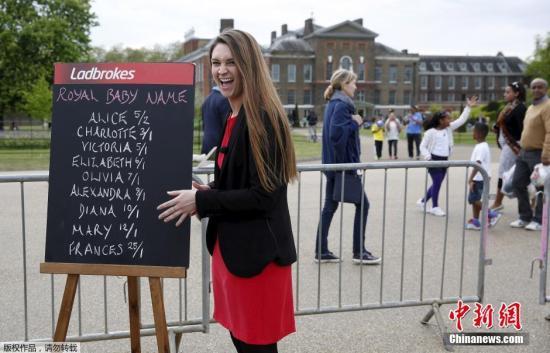 当地时间2015年5月4日,英国伦敦,肯辛顿宫。英国王室肯辛顿宫发表声明,威廉王子夫妇为小公主取名夏洛特・伊丽莎白・黛安娜。英国人将尊称她为剑桥夏洛特公主殿下。
