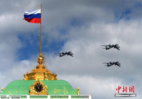 当地时间2015年5月5日,俄罗斯莫斯科,俄罗斯多种型号战机飞过克里姆林宫上空,参加胜利日阅兵彩排。图为图95机群飞过红场。