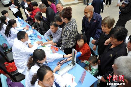"""5月6日,位于河北邯郸涉县更乐镇东巷村的""""健康小屋""""里,来自该市第一医院信栓力健康小屋专家团队,正在为当地村民看病。据了解,自2012年以来,该市卫生局实施城乡居民""""未病先防""""工程,让北京医院专家和邯郸市级医院专家走进村户、社区,在基层卫生服务中心、乡镇卫生院开设以专家名字命名的""""健康小屋"""",每周定期对老人、妇女儿童、慢性病患者进行健康教育、健康干预和疾病早期筛查,降低民众患病率,一定程度上解决基层市民看病难现象。目前,邯郸市已经有75家医院参加,建成1600余个小屋,有包括专家在内近8000医务人员赴基层干预村民健康。 <a target='_blank' href='http://www.chinanews.com/'>中新社</a>发 翟羽佳 摄"""