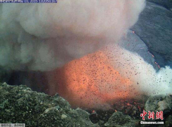 2015年5月5日,美国地质调查局发布照片显示,夏威夷基拉韦厄火山的哈里摩摩火山口5月3日崩塌,激起火山灰和熔岩爆炸,状如烈焰。熔岩湖中的岩浆多次溢出,场面壮观。