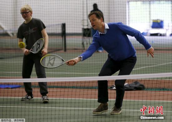 当地时间2015年5月5日,英国索利哈尔,英国副首相兼自由民主党领袖尼克·克莱格携妻子造访休闲中心,与孩子们一起打网球。