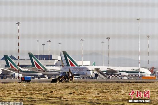 内地时间2015年5月7日,意大利罗马,罗马菲乌米奇诺机场国际航班航站楼产生火警,今朝尚无人员伤亡陈诉。部门机场事恋人员吸入浓烟。
