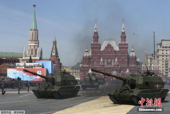 """当地时间5月7日,俄罗斯军队士兵在红场准备胜利日阅兵总彩排。5月9日,莫斯科红场将举行庆祝卫国战争胜利70周年阅兵仪式。图为Koalitsiya-SV""""联盟""""125毫米自行火炮亮相阅兵式彩排。"""