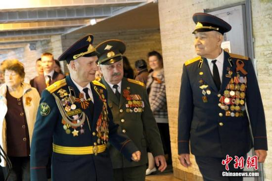 5月7日,俄罗斯圣彼得堡。俄罗斯参加过卫国战争的老兵相聚二战胜利广场。 中新社发 田冰 摄