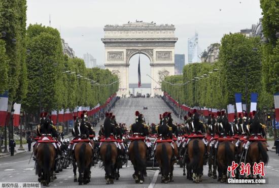 资料图:2015年5月8日,法国共和卫队在巴黎凯旋门前参加二战胜利70周年纪念活动。