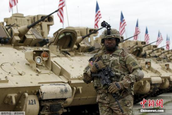 资料图:图为美军第三机步师的士兵及装甲车。