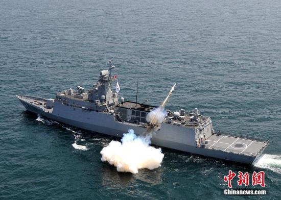 资料图:韩国海军在朝鲜半岛东海海域实施战术演习和舰舰导弹发射演习。图片来源:CFP视觉中国