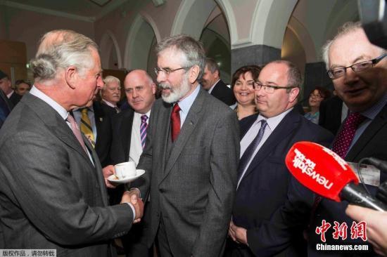 资料图:当地时间2015年5月19日,爱尔兰戈尔韦,英国查尔斯王子与北爱尔兰新芬党时任领袖格里·亚当斯在爱尔兰国立大学首次会面,双方进行了历史性的握手。1979年,查尔斯王子的父亲菲利普亲王的舅舅蒙巴顿勋爵在爱尔兰度假时被爱尔兰共和军炸死。1998年北爱尔兰和平协议签署后,爱尔兰共和军宣布停止长达30年的反抗英国统治活动。