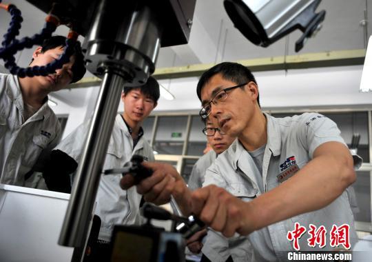 中办国办:提高技术工人收入水平畅通成才通道