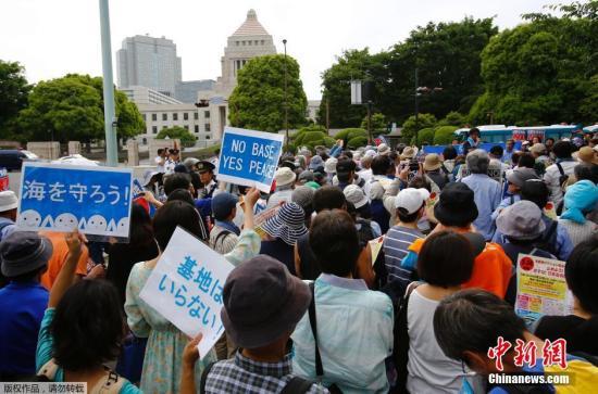 本地工夫2015年5月24日,日本东,请愿者包抄日本国会年夜厦,抗议好军正在冲绳建立新的军事基天。