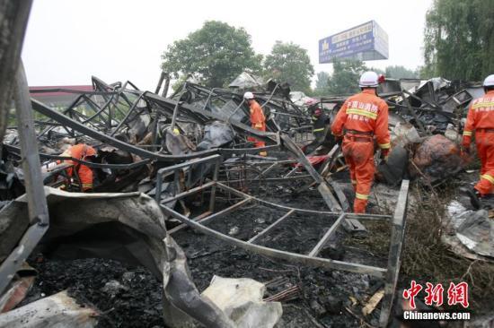 5月26日,火灾现场只剩铁架子。 中新社发 王中举 摄