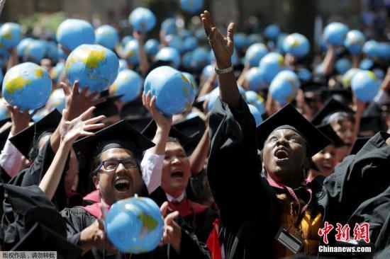 资料图片:哈佛大学举行毕业典礼。