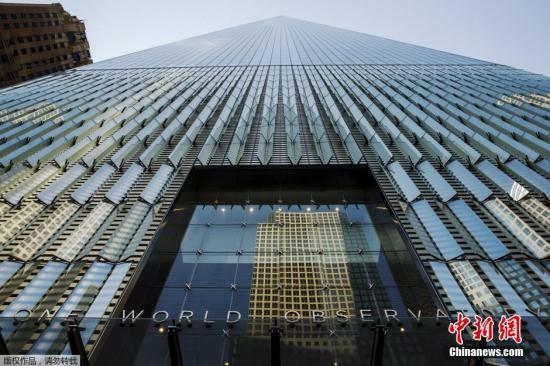 当地时间2015年5月29日,美国纽约,世贸一号观景台首次向公众开放。新世贸大楼是西半球最高的建筑物。登上100-102层的观景台,便可以在离地1250英尺的高处把整个纽约市及纽约港的广阔的风景尽收眼底。在城市的制高点上不仅可以欣赏到纽约美景,还能体验到高科技与艺术结合的表演与新奇科技,其中包括名为天空之仓(The Sky Pod)的全世界最快的电梯:只需60秒便可登顶。以及通过最新LED技术展示的纽约市从1600年开始至今的风景。