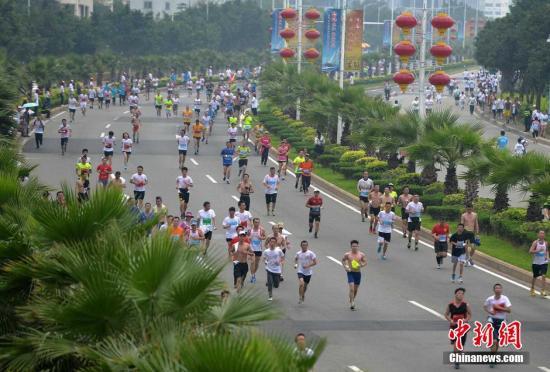 5月30日,福州首届马拉松赛在福州最美江滨东大道鸣枪开跑,来自海峡两岸的逾万名跑友齐聚福州,参加了半程和5公里、10公里小马拉松的比赛,同享奔跑运动的快乐。张斌 摄