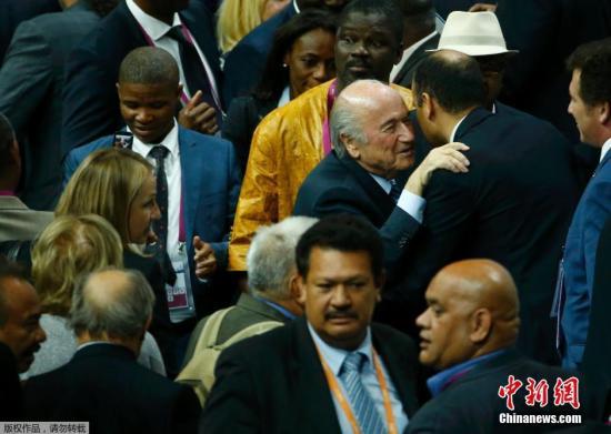 股票配资 时刻5月29日,瑞士苏黎世,第65届世界足联代表大会上79岁的瑞士人塞普・布拉特第五次中选世界足联主席。布拉特的敌手约旦王子阿里在首轮仅取得73张选票以后离开竞选。