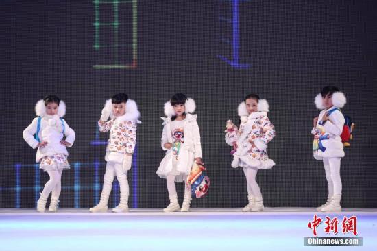 """资料图:第三届""""中国・织里""""全国童装设计大赛总决赛,童装小模特展示作品。<a target='_blank' href='http://www.chinanews.com/'>中新社</a>发 熊然 摄"""