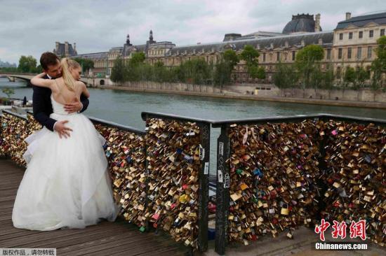 """2015年5月31日消息,世界各地的情侣来到法国巴黎塞纳河上的艺术桥,经常会挂上一把代表他们永恒爱情的锁。但现在艺术桥桥身开始不堪重负,出于对游客安全的担忧及""""对文化遗产遭破坏""""的痛惜,巴黎当局将从6月1日开始拆除所有的爱情锁。"""