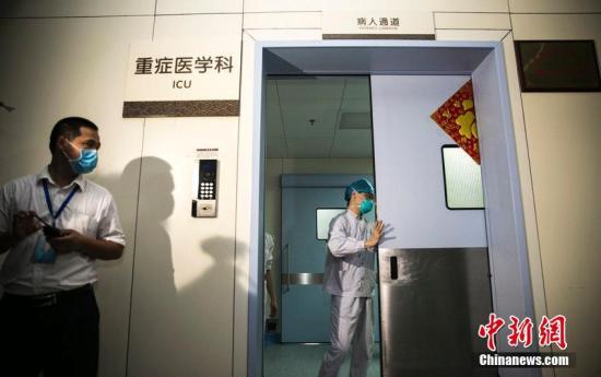 2015年6月1日,广东惠州,直击惠州中心人民医院救治MERS病例,50名重症病房的医护都要轮班进病房。郭智军 摄 图片来源:CFP视觉中国