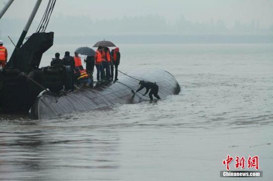 6月2日下午,湖北监利沉船地点,救援人员在倾覆的客船附近继续进行搜救。 <a target='_blank' href='http://www.chinanews.com/'>中新社</a>发 张晟光 摄