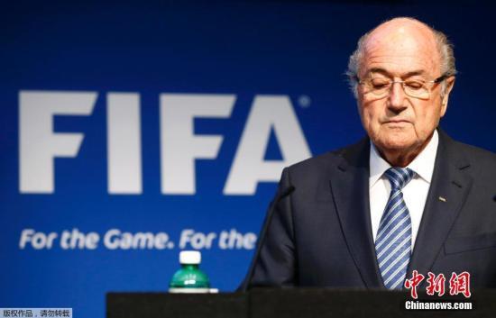 """据外电报导,世界足联主席布拉特6月2日宣告,他将辞去本人所负责的主席职务。在5月29日完毕的大选中,他打败阿里王子胜利取得蝉联,任期到2019年。而世界足联今朝正因糜烂丑闻缠身而寸步难行。  79岁的瑞士人布拉特曾负责世界足联秘书长一职。1998年他代替阿维兰热成为世界足联掌门人至今,长达17年。他在宣告告退时示意,将招集世界足联大会,并答应""""赶快""""推举出新的主席。"""