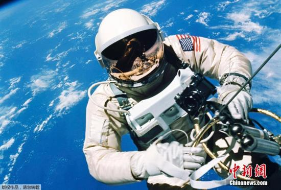霍金�Q,人���移民外星。�D��1965年6月3日,美��宇航�T�烟卦谔�空行走。