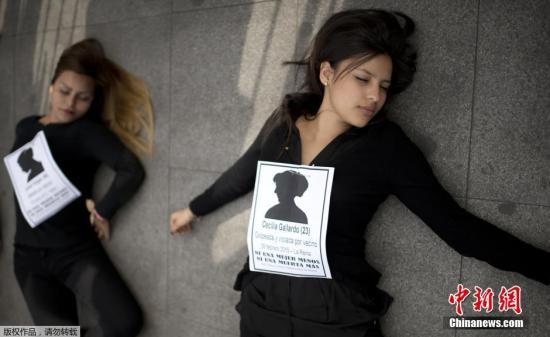 当地时间2015年6月3日,智利圣地亚哥,妇女在拉莫内达宫总统府外躺地示威,抗议家庭暴力和其它杀害女性的暴力行为。