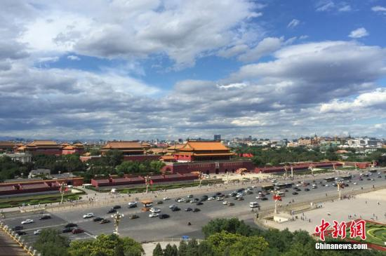 资料图:蓝天白云下的京城现绝美风光。中新社发 廖攀 摄