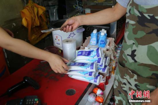 资料图:市民在购买食盐。图片来源:CFP视觉中国