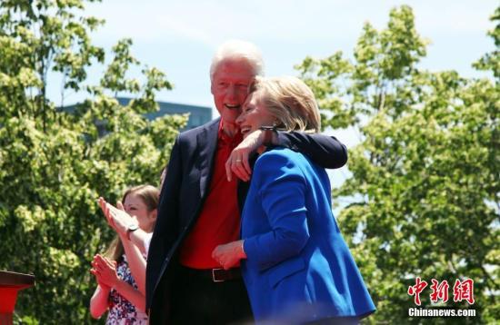 6月13日,美百姓主党总统提名人、前国务卿希拉里・克林顿在纽约罗斯福岛举办竞选大型会议,这也是希拉里宣告参选美国总统后首场正式的竞全会议。该会议聚集了希拉里的数千名撑持者。前总统比尔・克林顿和女儿切尔西佳耦参加支援。 中新社发 阮煜琳 摄