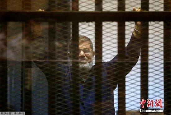 当地时间2015年6月16日,埃及开罗,埃及刑事法院维持对该国前总统穆尔西越狱罪的死刑判决。穆尔西是埃及首位民选总统。法院将此前就间谍罪做出的死刑改为25年监禁,但维持就越狱罪做出的死刑判决。