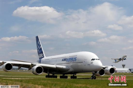 资料图:空客A380在跑道上等候起飞。